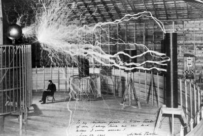 Nicolas Tesla en su laboratorio hacia 1900
